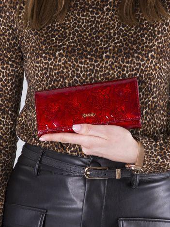 Czerwony skórzany damski portfel w kwiaty