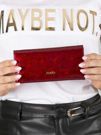 Czerwony skórzany portfel lakierowany w róże