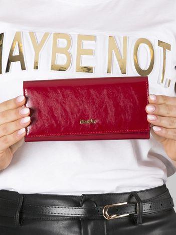 Czerwony skórzany portfel podłużny