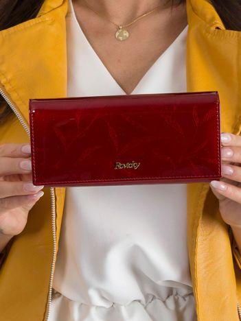 Czerwony skórzany portfel w listki