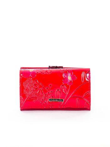 Czerwony skórzany portfel z tłoczonym kwiatowym motywem