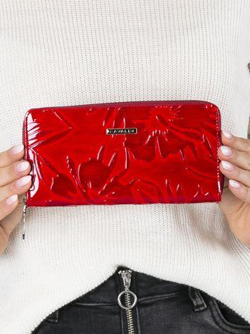 Czerwony skórzany portfel z wypukłym wzorem