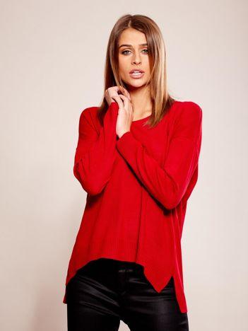 Czerwony sweter oversize w serek