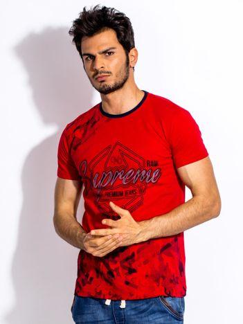 Czerwony t-shirt męski z graficznym napisem