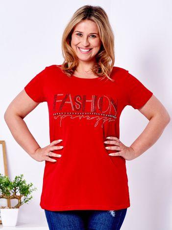 Czerwony t-shirt z napisem z perełek PLUS SIZE