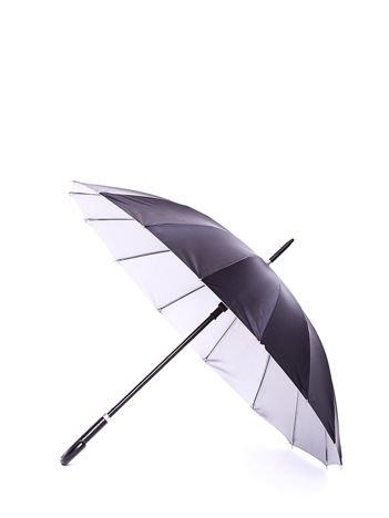 Długi czarny parasol