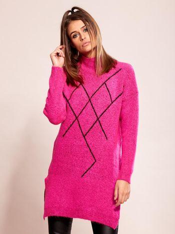 Długi różowy sweter we wzory