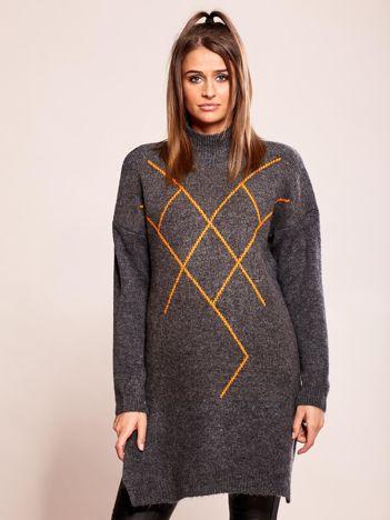 Długi szary sweter we wzory