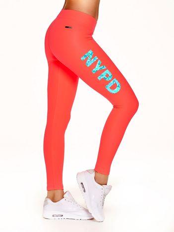 Długie legginsy na siłownię z moro napisem NYPD fluokoralowe
