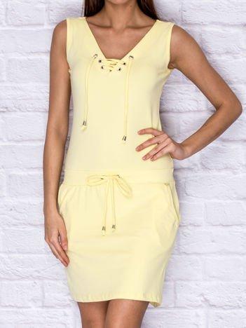 Dresowa sukienka ze sznurowanym dekoltem żółta