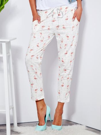 Ecru bawełniane spodnie dresowe we flamingi i napisy