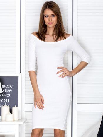Ecru prążkowana sukienka odsłaniająca ramiona