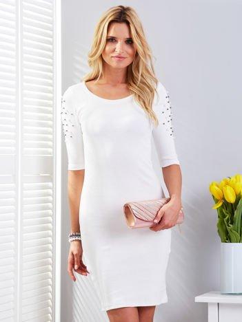 Ecru prążkowana sukienka z perełkami na rękawach
