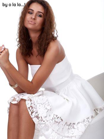 Ecru rozkloszowana sukienka z koronkowym wykończeniem BY O LA LA