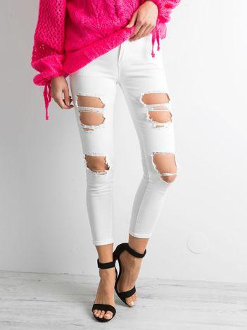 Ecru spodnie rurki z dziurami