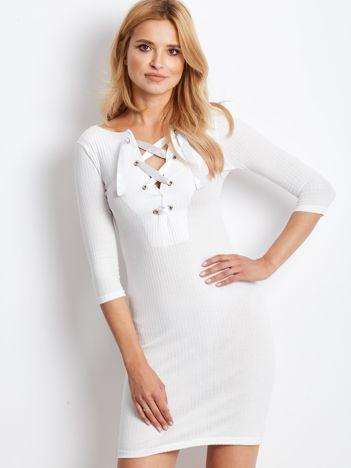 Ecru sukienka w prążek z dekoltem lace up