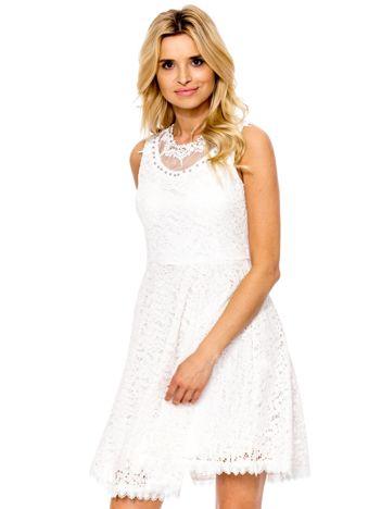 Ecru sukienka z koronki z perełkami