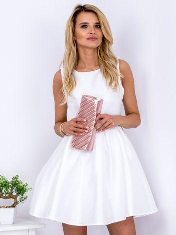 Ecru sukienka z perłowym połyskiem i kokardą