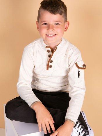 Ecru sweter dla chłopca w warkoczowe sploty