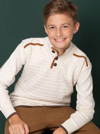 Ecru sweter dla chłopca z łatami na łokciach