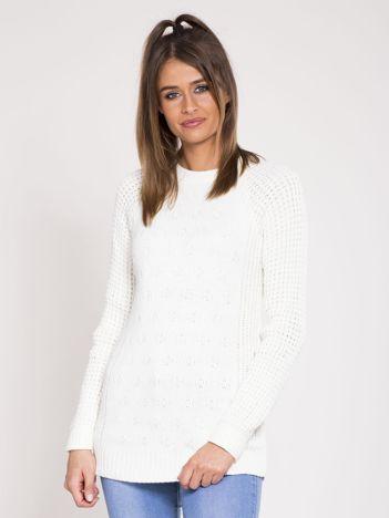 Ecru sweter we wzory