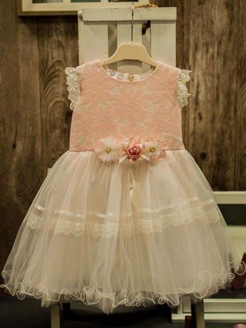 Elegancka sukienka dla dziewczynki z ozdobną broszką ecru - różowa