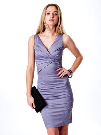 Fioletowa sukienka z połyskliwego materiału