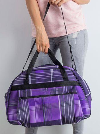 Fioletowa torba podróżna w kratę
