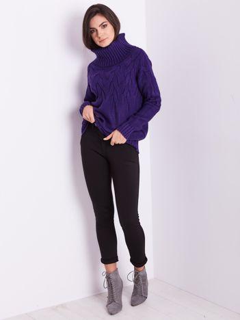 Fioletowy sweter golf w warkocze