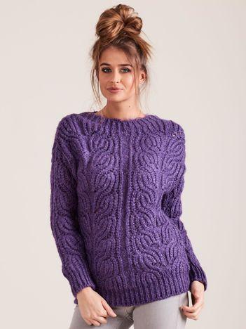 Fioletowy sweter o szerokim splocie