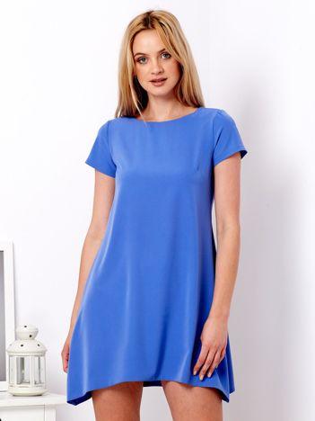 Fiołkowa sukienka o trapezowym kroju
