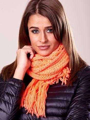 Fluopomarańczowy szalik damski z błyszczącą nitką i frędzlami