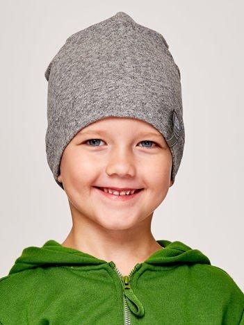 Gładka czapka chłopięca z przyszywką liczby 95 szara