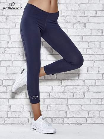 Grafitowe legginsy sportowe z patką z dżetów na dole