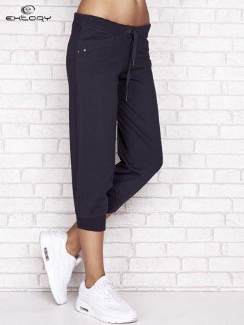 Grafitowe spodnie dresowe capri z aplikacją na kieszeniach