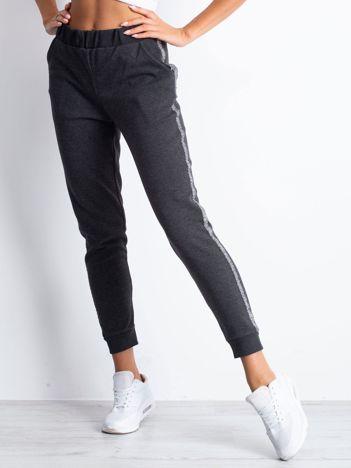 Grafitowe spodnie dresowe z błyszczącym lampasem