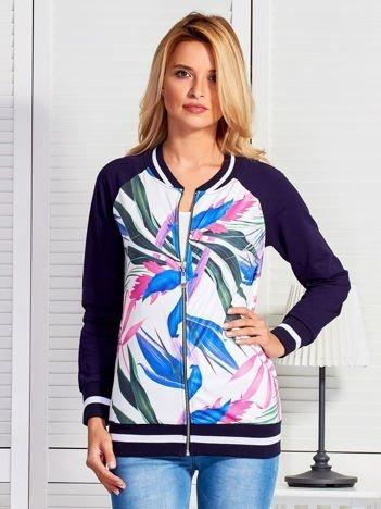 Granatowa bluza o kroju bomberki z egzotycznym printem