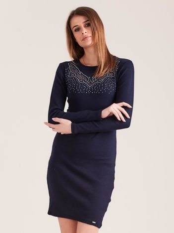 Granatowa dopasowana sukienka w prążek z dżetami