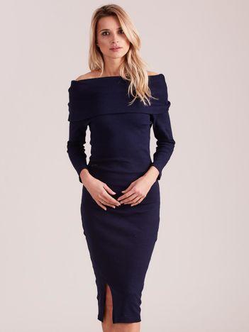 Granatowa dopasowana sukienka z odkrytymi ramionami