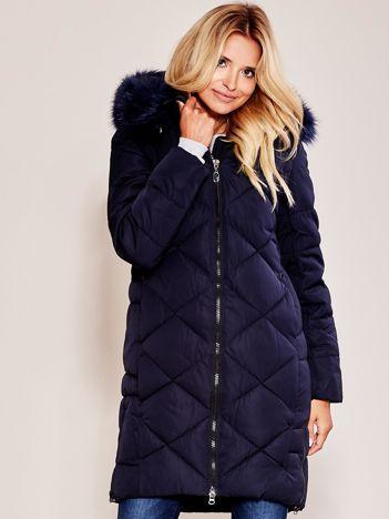 Granatowa pikowana kurtka na zimę z futrzanym kołnierzem