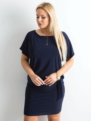 Granatowa sukienka plus size z wiązaniem