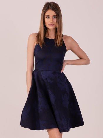 Granatowa sukienka w atłasowy kwiatowy wzór