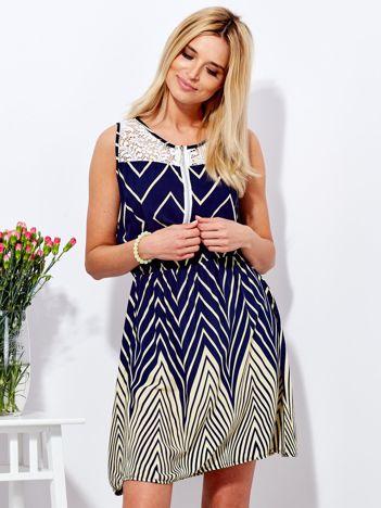 Granatowa sukienka w kontrastowe zygzaki