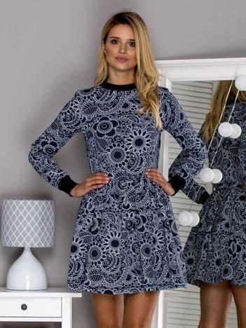 Granatowa sukienka w ornamentowe wzory