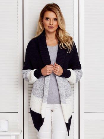 Granatowa swetrowa narzutka z luźnym dekoltem