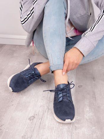 Granatowe buty sportowe z ażurową połyskującą fakturą