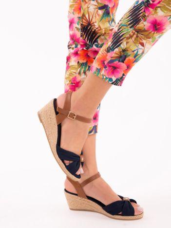 Granatowe materiałowe sandały na koturnach, z ozdobnie plecionym przodem w kokardę