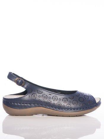 Granatowe sandały Sabatina z ażurową cholewką w kwiaty i profilowaną podeszwą