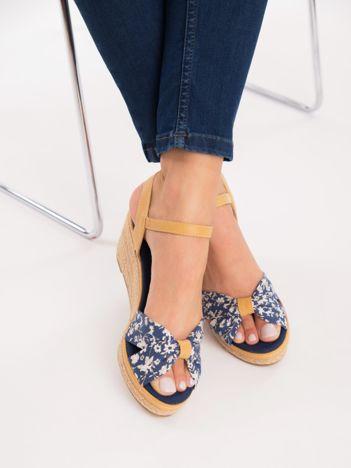 Granatowe sandały na koturnach, z nadrukiem w białe kwiaty