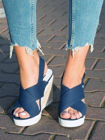 Granatowe sandały na plecionych podwyższonych koturnach